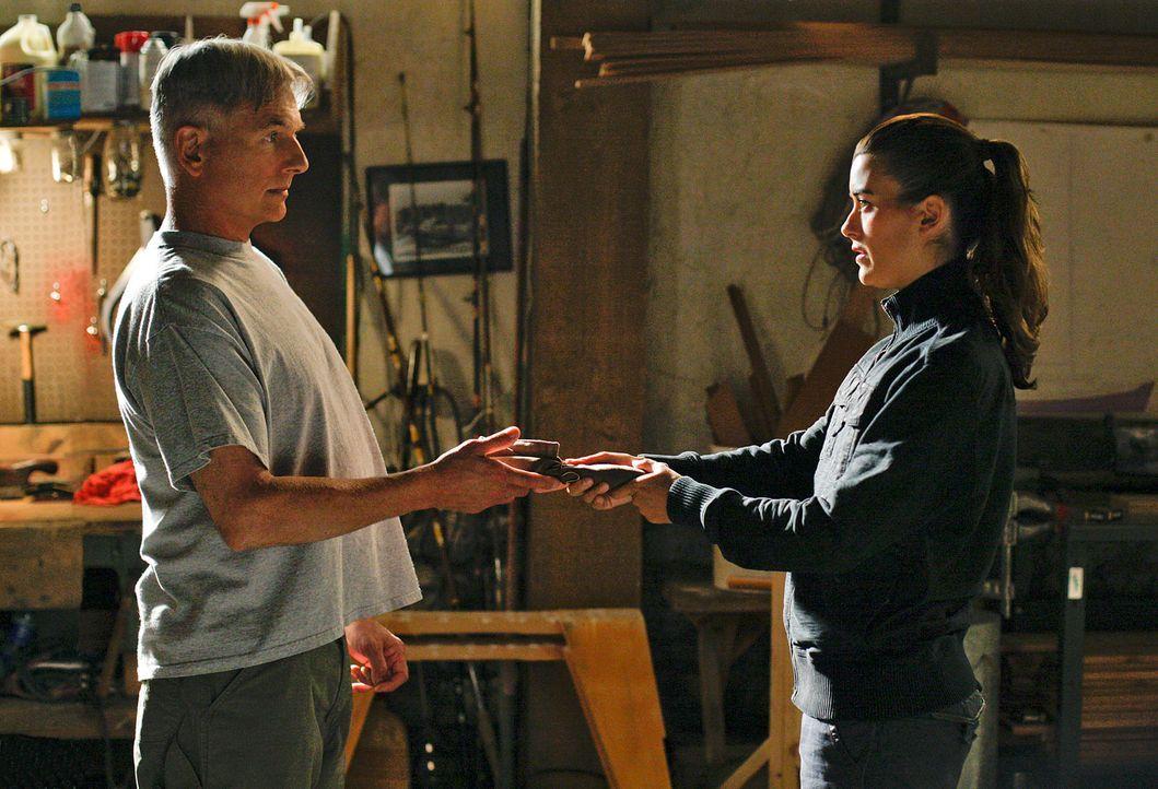 Gibbs (Mark Harmon, l.) steht vor einer schwierigen Aufgabe, da er Zivas (Cote de Pablo, r.) Schicksal in seinen Händen hält ... - Bildquelle: CBS Television