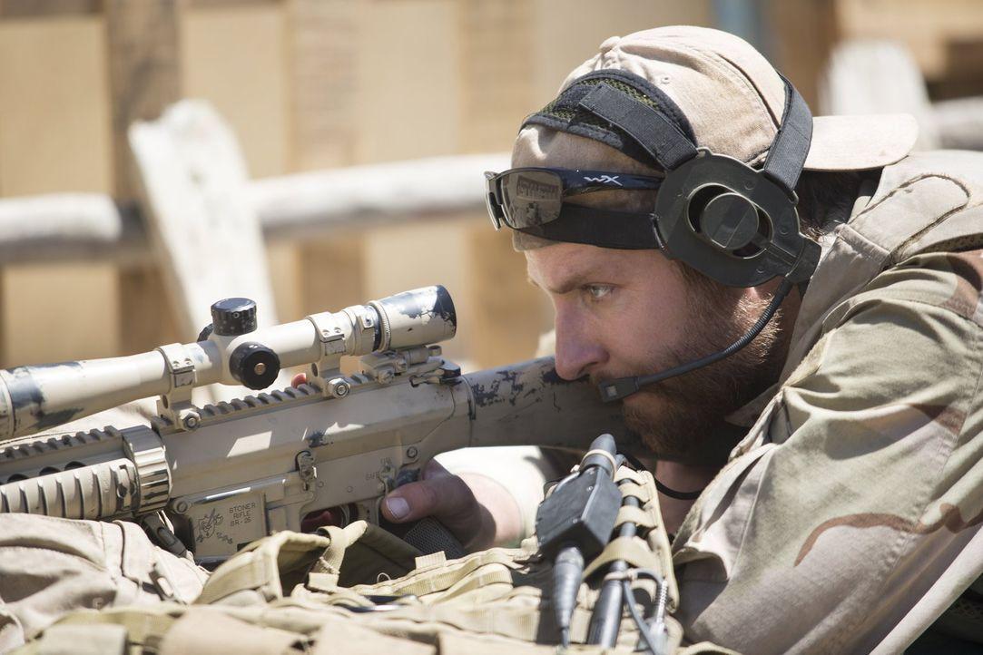 Den Feind immer Visier: der erfolgreichste Scharfschütze aller Zeiten, Chris Kyle (Bradley Cooper) ... - Bildquelle: 2014 Warner Bros. Entertainment Inc.