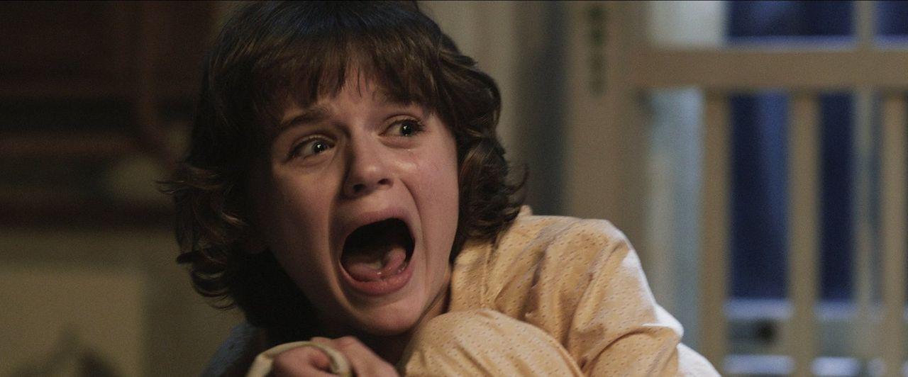 Als Jüngste der fünf Töchter ist Christine (Joey King) ein leichtes Opfer für die bösen Geister ... - Bildquelle: Warner Brothers