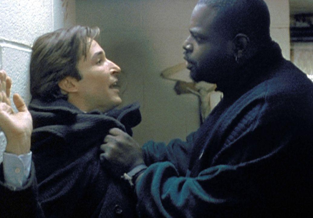 Carter (Noah Wyle, l.) ist auf der Suche nach einem wichtigen Blutspender. Ein agressiver Zeitgenosse hält ihn für einen Einbrecher. - Bildquelle: TM+  2000 WARNER BROS.