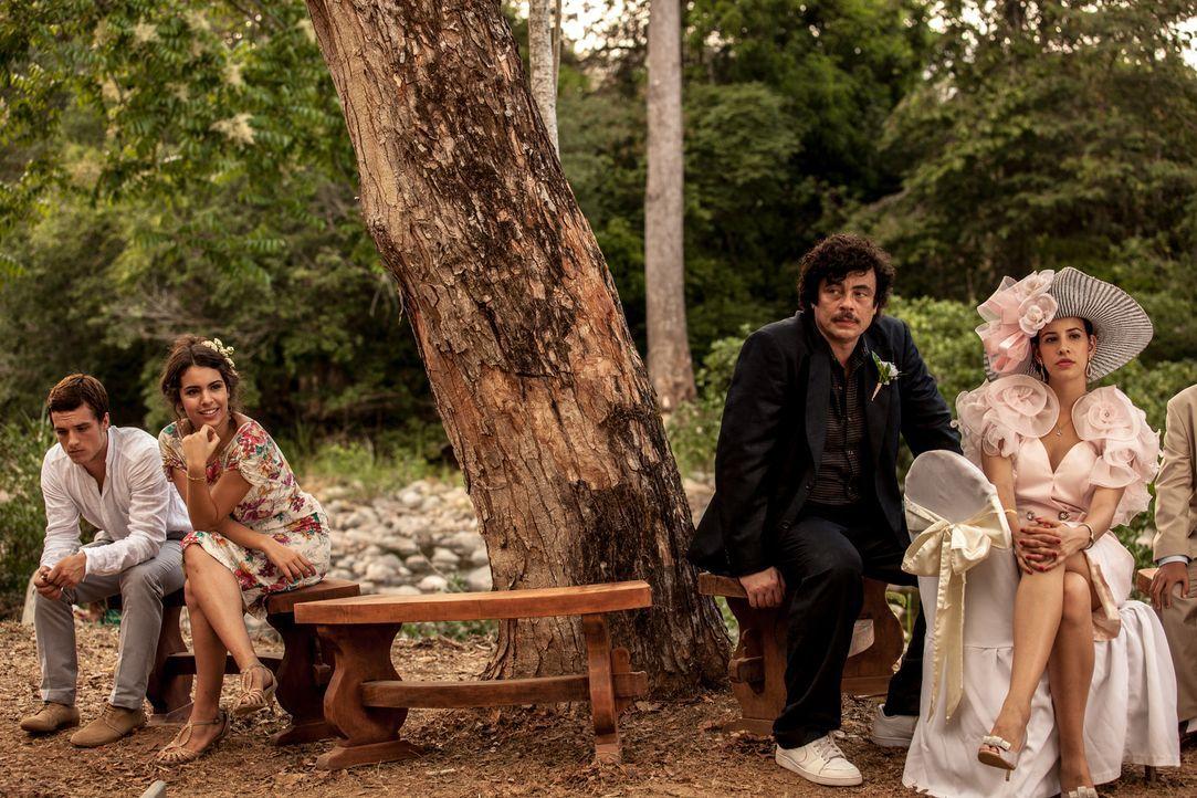 Ist die Liebe von Nick (Josh Hutcherson, l.) und Maria (Claudia Traisac, 2.v.l.) stark genug, um die Machtspiele von Pablo Escobar (Benicio Del Toro... - Bildquelle: 2014 CHAPTER 2 - NORSEAN PLUS - PARADISE LOST FILM A.I.E