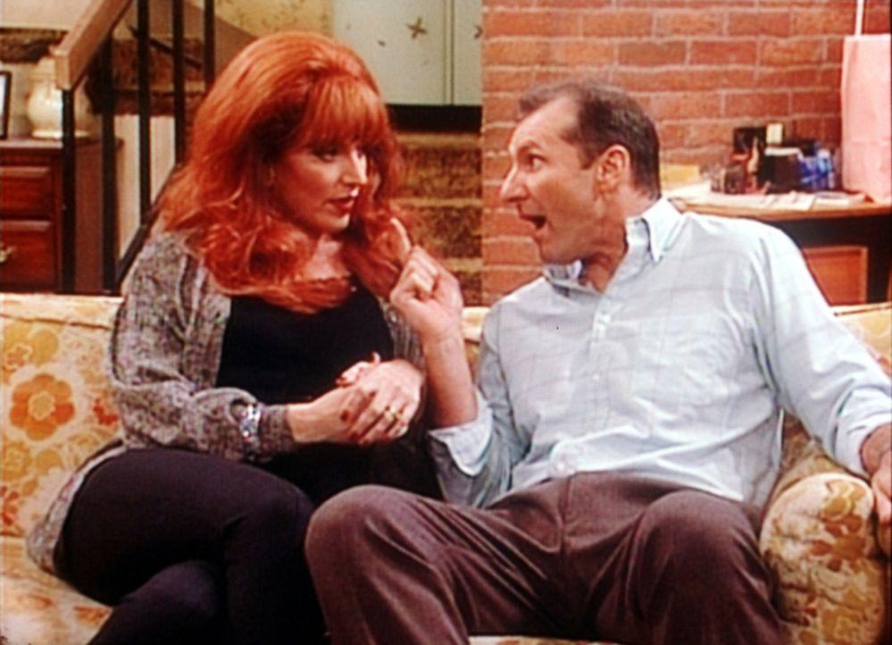 """Al (Ed O'Neill, r.) diskutiert mit seiner Frau Peggy (Katey Sagal, l.) über die Anti-Frauenherrschafts-Organisation """"No Ma'am"""". - Bildquelle: Sony Pictures Television International. All Rights Reserved."""