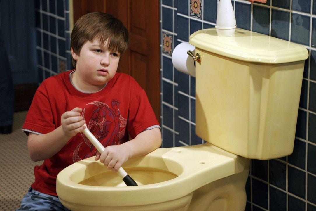 Während Alan mit Charlie zum Arzt fährt, bekommt Jake (Angus T. Jones) von Berta Nachhilfeunterricht im Toilettenputzen ... - Bildquelle: Warner Brothers Entertainment Inc.