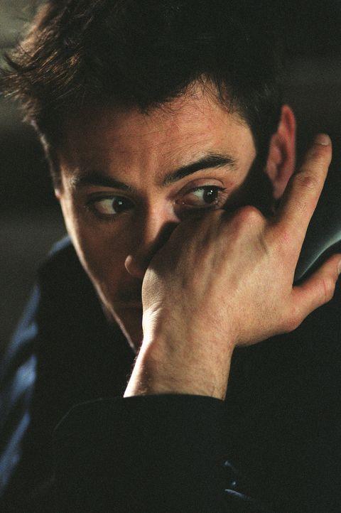 Psychologe Pete Graham (Robert Downey jr.) weiß nicht, was er glauben soll: Hat Miranda ihren Gatten wirklich ermordet, kann sich aber nicht daran... - Bildquelle: 2004 Sony Pictures Television International. All Rights Reserved.