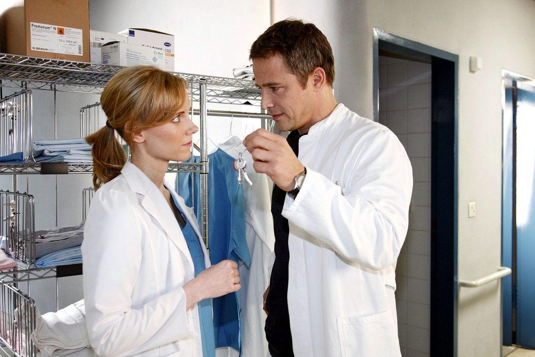 Stephan (Andreas Brucker, r.) bittet Luisa (Jana Voosen, l.) eine fehlende Patientenakte aus seiner Wohnung zu holen. Dort erwartet sie eine unangen... - Bildquelle: Mosch Sat.1