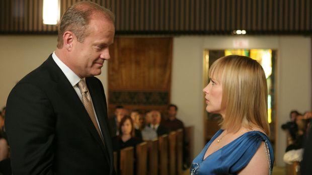 Sehr schnell bemerkt Allison Dubois (Patricia Arquette, r.), dass Bob Sherman...