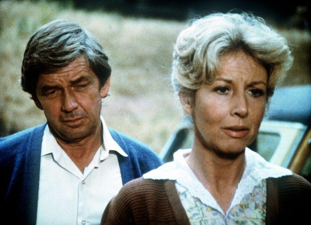 John (Ralph Waite, l.) und Olivia Walton (Michael Learned, r.) haben einen schweren Gang vor sich: Sie suchen Mrs. Satterfield auf, um ihr den Tod i... - Bildquelle: WARNER BROS. INTERNATIONAL TELEVISION
