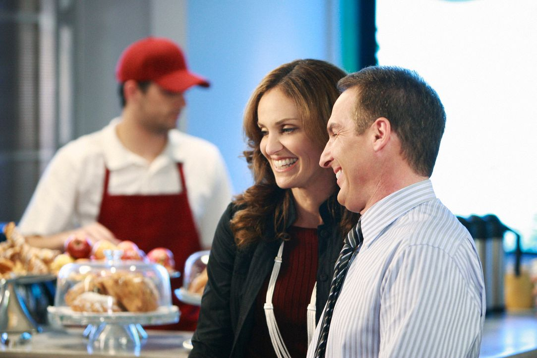 Finden Gefallen aneinander - doch das Date verläuft ganz anders als geplant: Violet (Amy Brenneman, l.) und Sheldon Wallace (Brian Benben, r.) ... - Bildquelle: ABC Studios