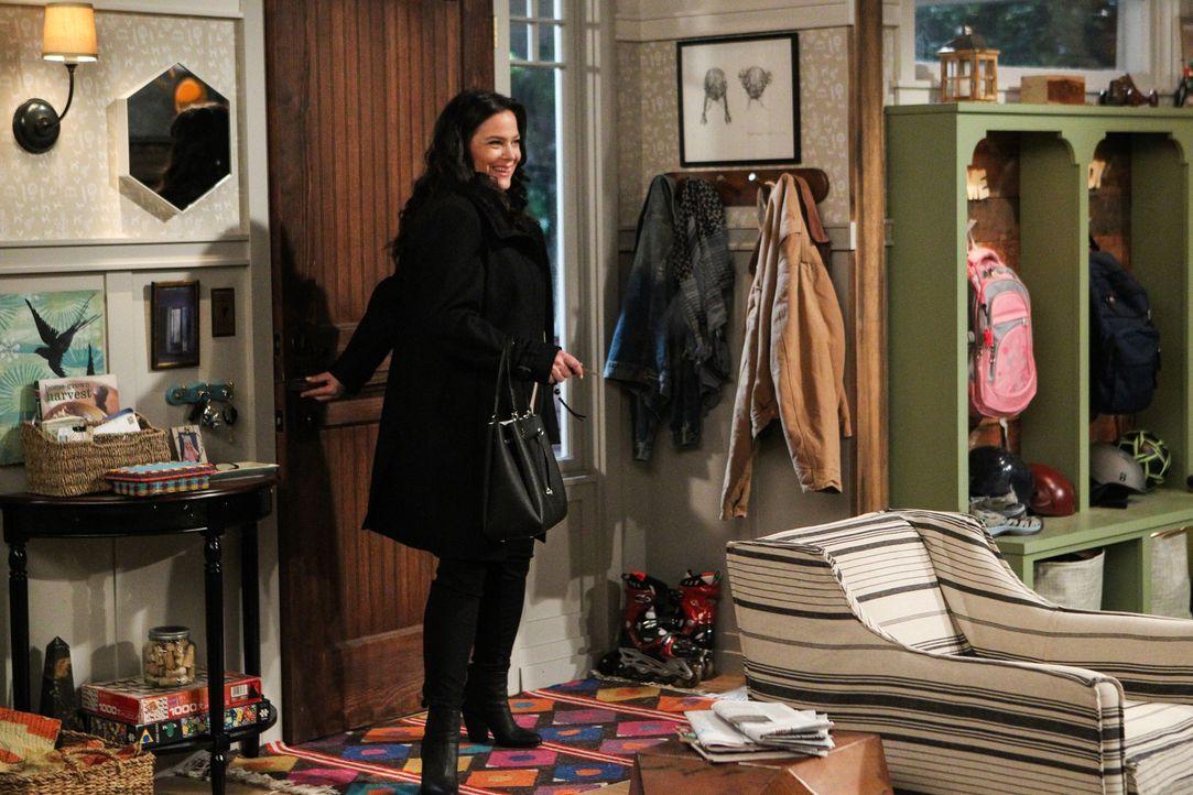 Als sie wieder zur Arbeit gehen möchte - wird ihr Mann Adam zum Hausmann: Andi (Liza Snyder) ... - Bildquelle: Sonja Flemming 2016 CBS Broadcasting, Inc. All Rights Reserved