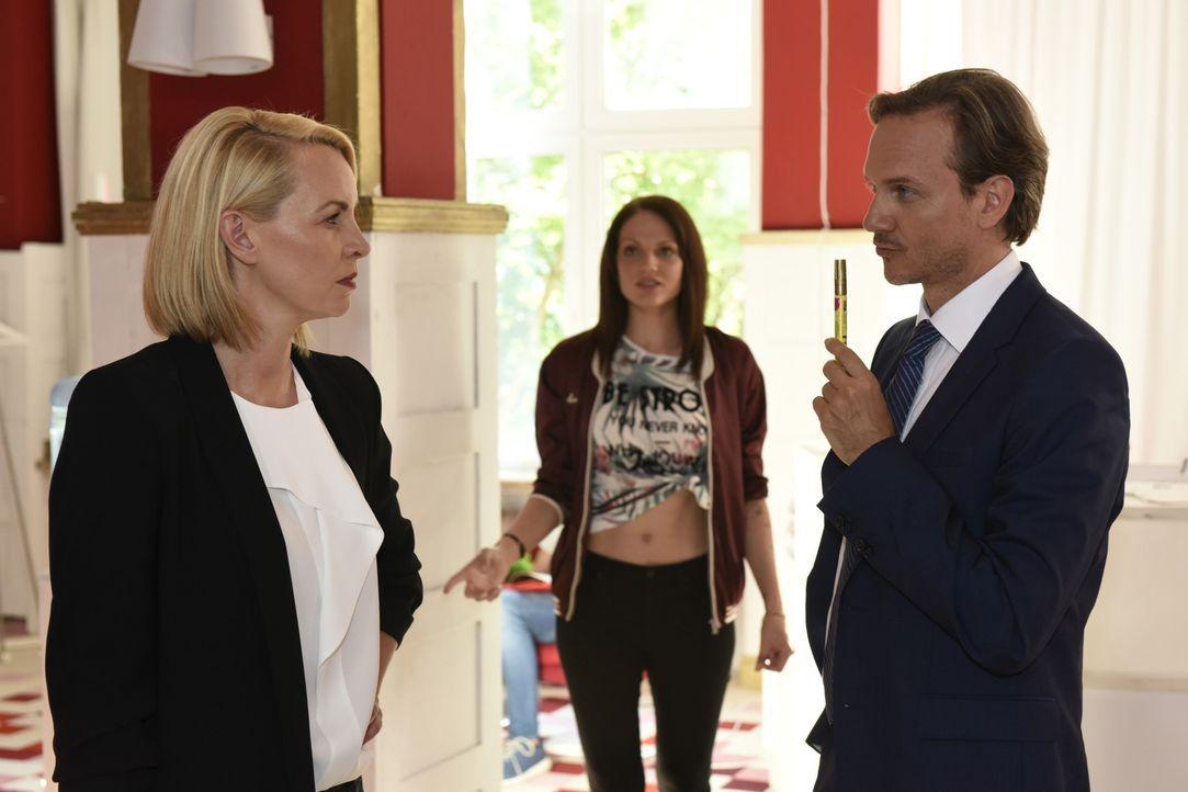 Während Mila die Ex-Akten öffnet und einer Verabredung mit Sandra zustimmt, belauscht Toni (Isabella Vinet, M.) ein Gespräch zwischen Theresa (Simon... - Bildquelle: Christoph Assmann SAT.1