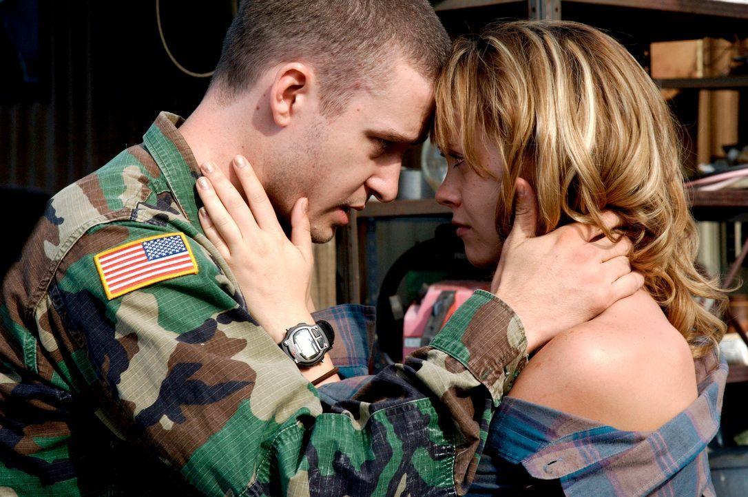 Als sich ihr Freund (Justin Timberlake, l.) verabschiedet, weil er zur Army muss, bekommt Rae (Christina Ricci, r.) einen Anfall. Sie endet betrunke... - Bildquelle: Copyright   2006 by PARAMOUNT VANTAGE, a Division of PARAMOUNT PICTURES. All Rights Reserved.