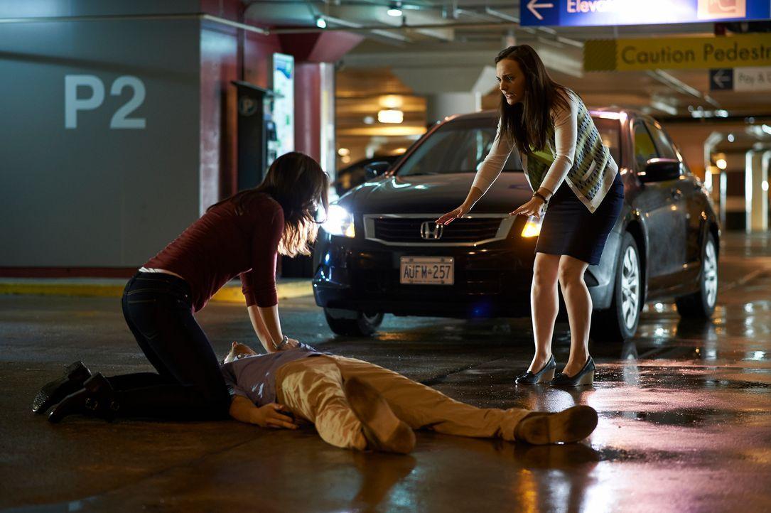 Als Alex (Erica Durance, l.) das Krankenheus verlässt, wird sie Zeugin eines schrecklichen Unfalls, verursacht von Denise (Georgina Reilly, r.) ... - Bildquelle: 2012  Hope Zee One Inc.