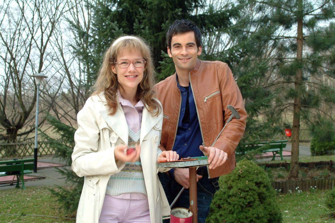 Lisa (Alexandra Neldel, l.) hat die Einladung von David (Mathis Künzler, r.) angenommen und verbringt mit ihm einen scheinbar unbeschwerten Vormitt... - Bildquelle: Sat.1