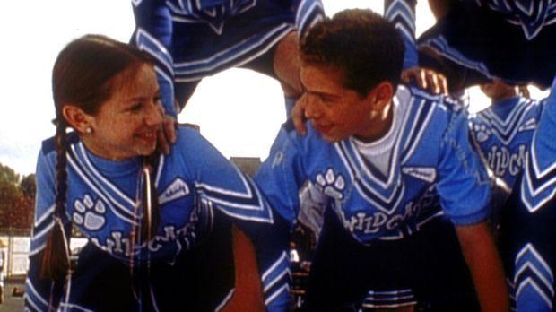 Reese (Justin Berfield, r.) ist sogar Cheerleader geworden, um Wendy (Lisa Le...