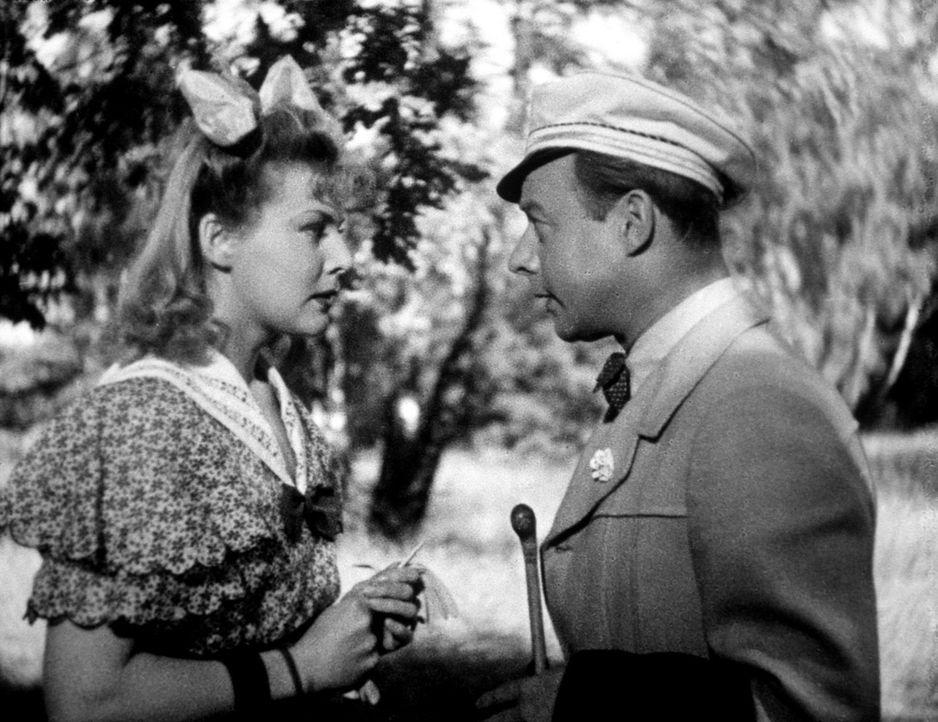 Dr. Johannes Pfeiffer (Heinz Rühmann, r.)  verliebt sich ausgerechnet in Eva Knauer (Karin Himboldt, l.), die Tochter des Schuldirektors ... - Bildquelle: Terra-Filmkunst