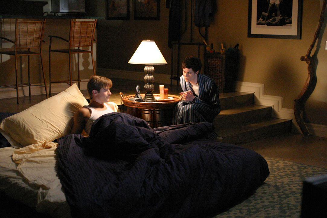 Wichtige Männergespräche: Ryan (Benjamin McKenzie, l.) und Seth (Adam Brody, r.) ... - Bildquelle: Warner Bros. Television