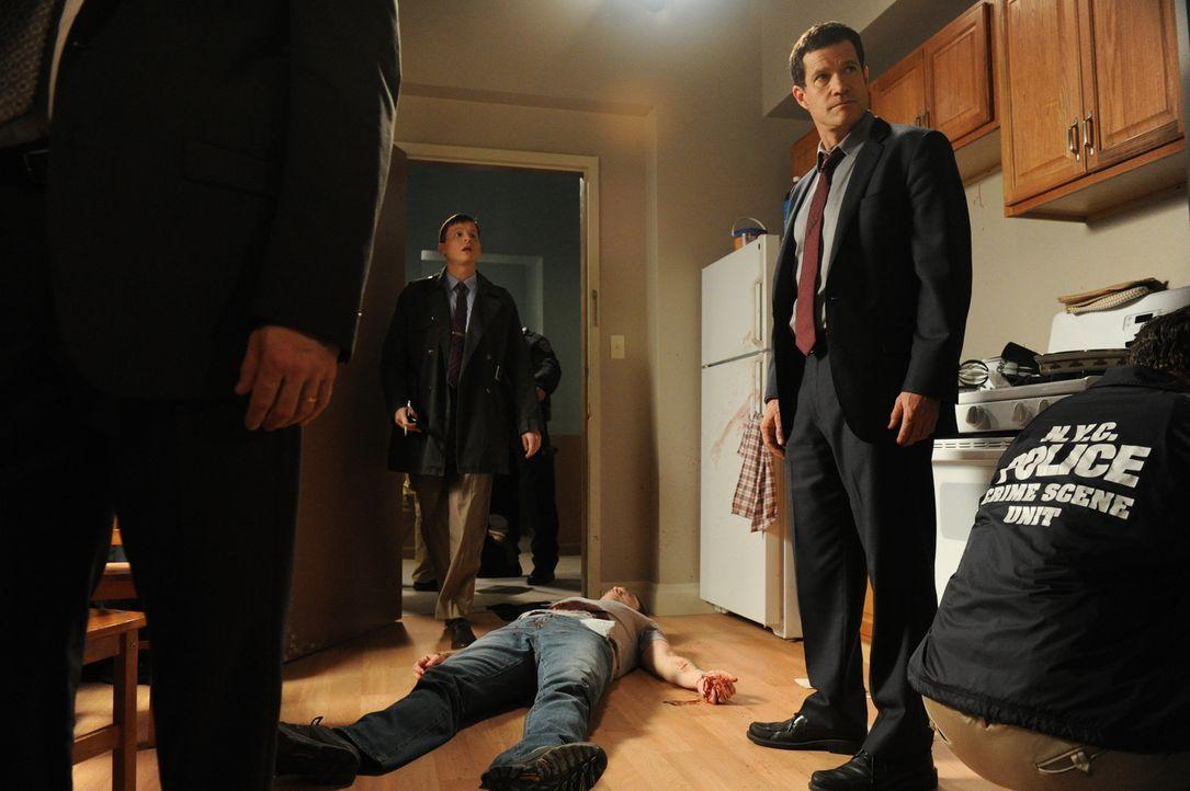 Ein junger Mann mit Vorstrafenregister wird erstochen aufgefunden. Al (Dylan Walsh, 2.v.r.), Roe (Kevin Rankin, 2.v.r.) und das restliche Team begin... - Bildquelle: 2011 CBS Broadcasting Inc. All Rights Reserved.