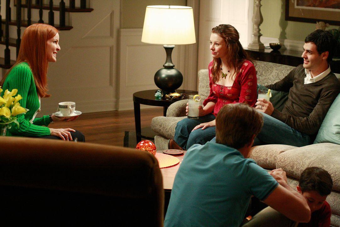 Nach vielen Jahren haben Bree (Marcia Cross, l.) und Orson (Kyle MacLachlan, M.) es endlich geschafft, Danielle (Joy Lauren, 2.v.l.) zu überreden, m... - Bildquelle: ABC Studios