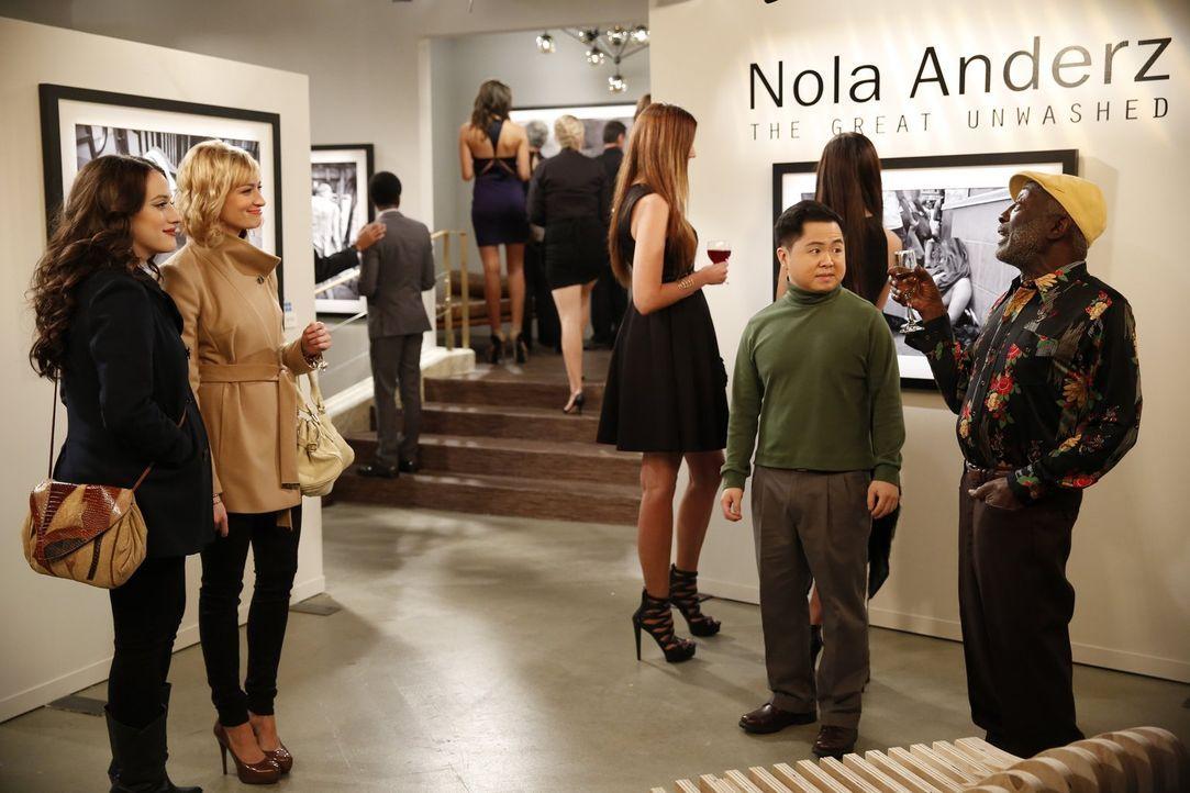 Nachdem die berühmte Fotografin Nola Anderz bei ihnen im Diner war, lädt sie ausgerechnet Max (Kat Dennings, l.) Caroline (Beth Behrs, 2.v.l.), Han... - Bildquelle: Warner Bros. Television