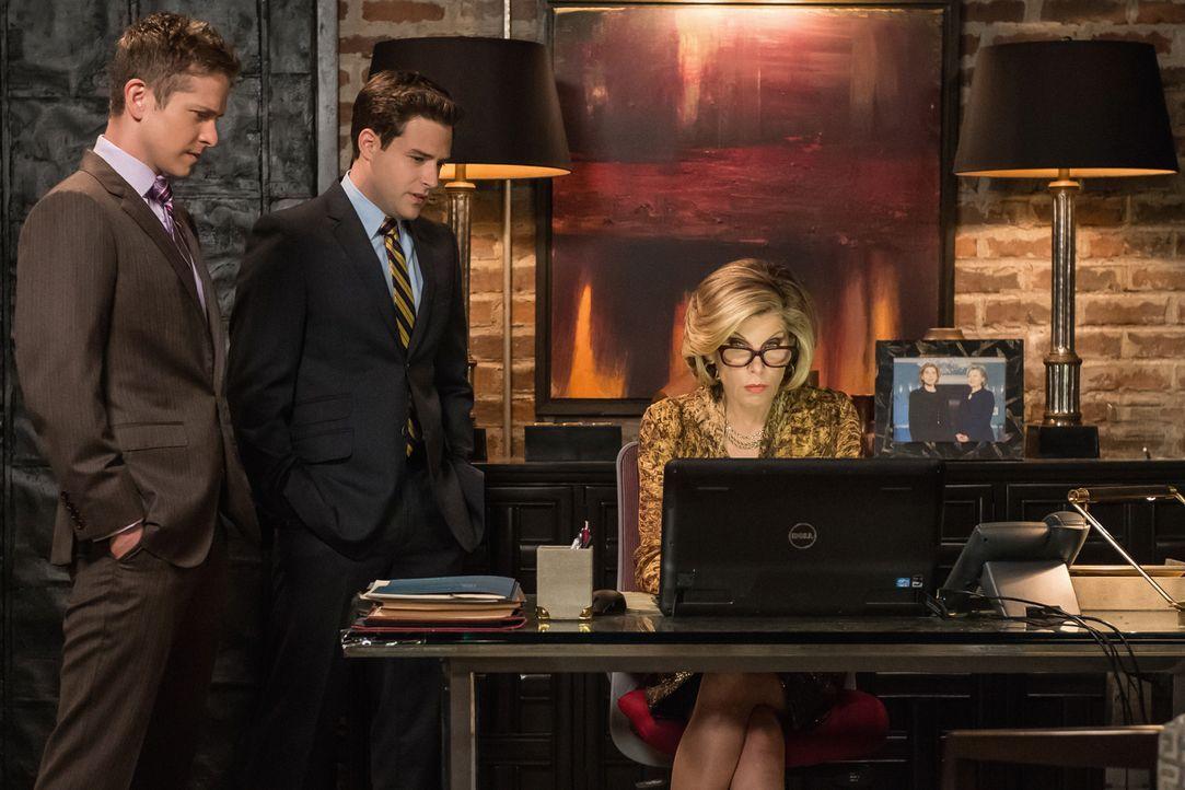 Für Cary (Matt Czuchry, l.) und Diane (Christine Baranski, r.) geht in der Kanzlei alles drunter und drüber, als Diane versehentlich eine Malware au... - Bildquelle: Jeff Neumann 2014 CBS Broadcasting Inc. All Rights Reserved.
