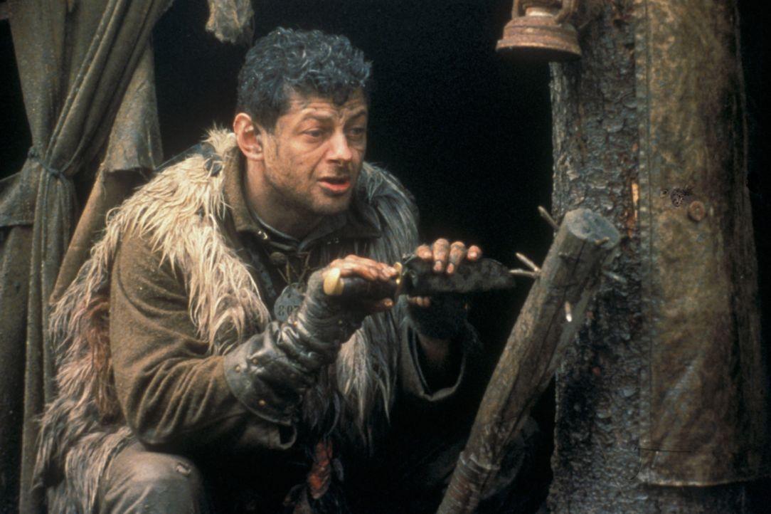 Die verirrten Briten (Andy Serkis) entschließen sich, gegen die Warnung ihres Gefangenen, sich in dem mit Leichen übersäten Graben zu verstecken. Ab... - Bildquelle: F.A.M.E. AG