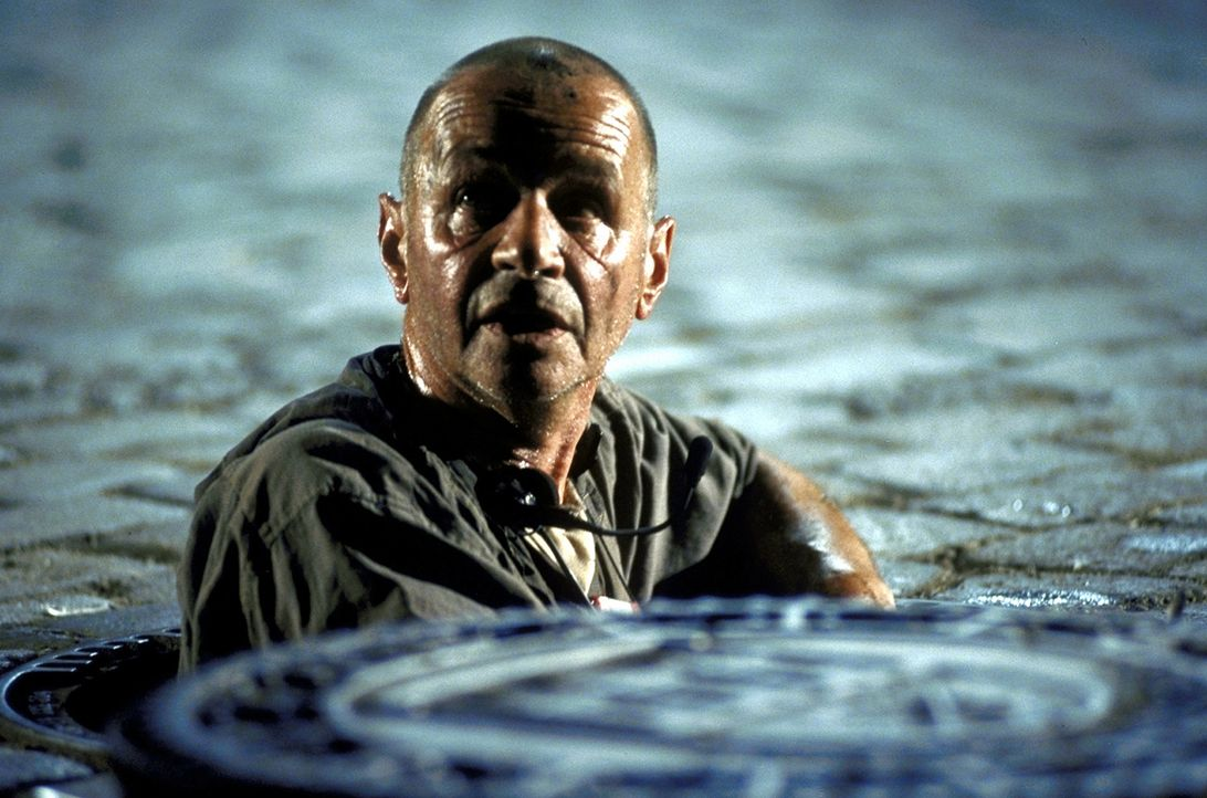 """Chef der """"Schädlingsbekämpfung"""" ist der abgebrühte Dinter (Helmut Lorin). In der Welt der Abwasserkanäle ist ihm nichts mehr fremd ... - Bildquelle: Jiri Hanzl ProSieben"""
