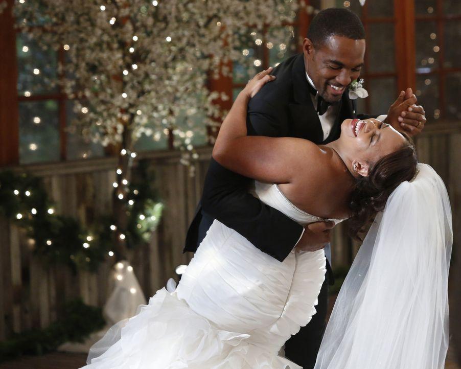 Endlich können Bailey (Chandra Wilson, r.) und Ben (Jason George, l.) ihren großen Tag genießen ... - Bildquelle: ABC Studios