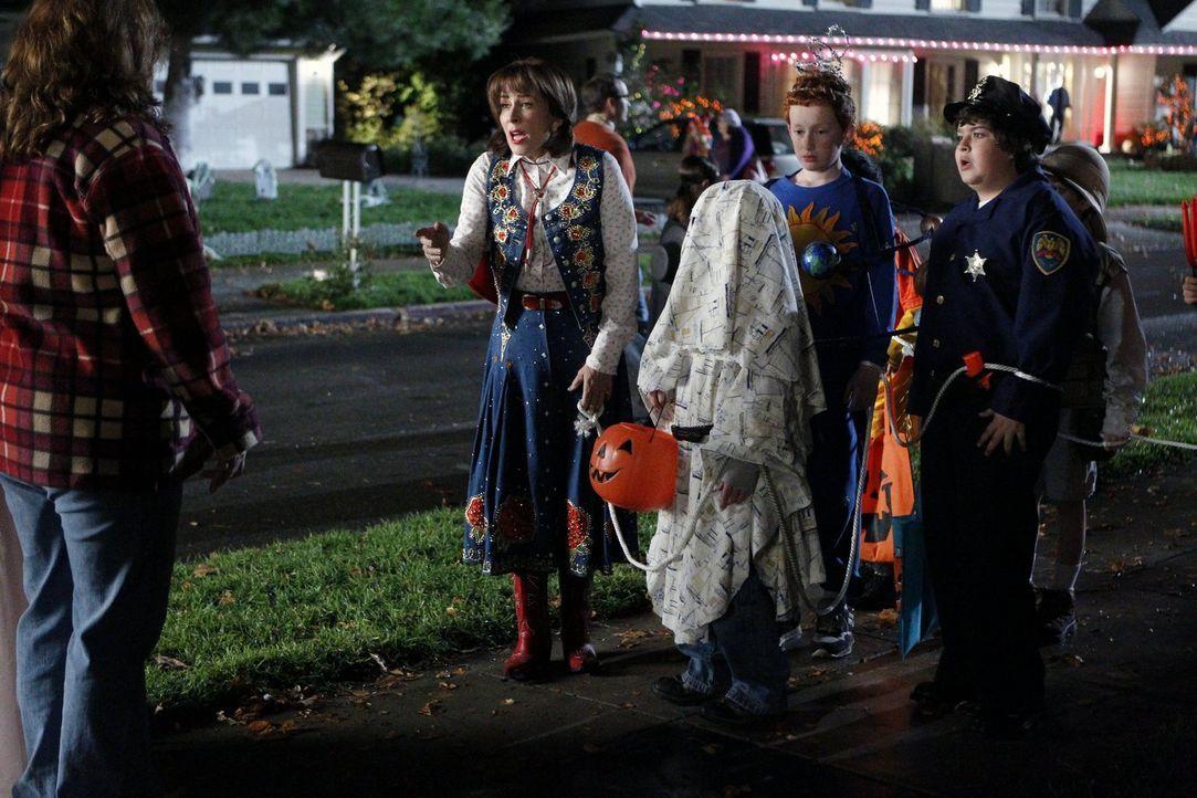 Frankie (Patricia Heaton, 2.v.l.) erklärt sich bereit, an Halloween mit Brick (Atticus Shaffer, 3.v.r.) und dessen sozialer Gruppe Süßigkeiten zu sa... - Bildquelle: Warner Brothers