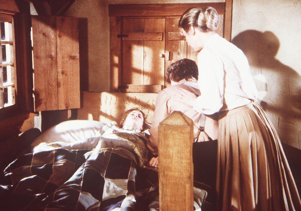 Laura Ingalls (Melissa Gilbert, l.) ist während eines Tornados von einem Ast getroffen worden. Ihre Eltern Caroline (Karen Grassle, r.) und Charles... - Bildquelle: Worldvision