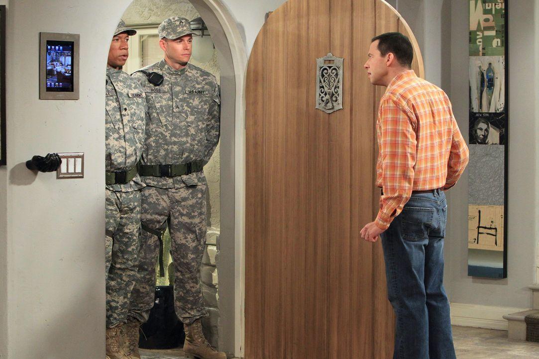 Als plötzlich M.P. Searle (Rico E. Anderson, l.) und M.P. Ross (Bradley Snedeker, M.) vor der Tür stehen, findet Alan (Jon Cryer, r.) heraus, dass J... - Bildquelle: Warner Brothers Entertainment Inc.