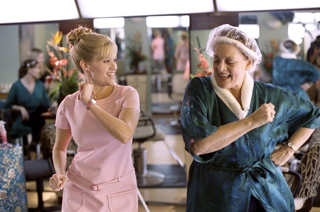 Erst spät findet Elle (Reese Witherspoon, l.) in der Kongressabgeordneten Libby Hauser (Dana Ivey, r.) eine starke Verbündete ... - Bildquelle: Metro-Goldwyn-Mayer (MGM)
