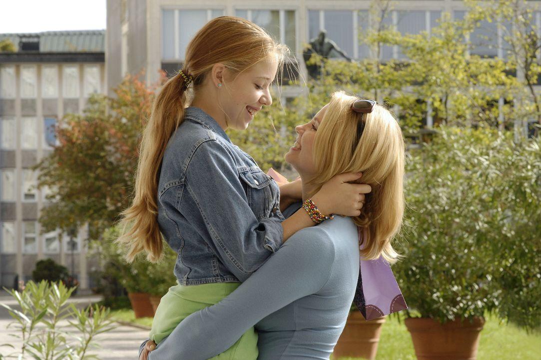 Nach sechs langen Wochen kann Minza (Annette Frier, r.) ihre Tochter Sophie (Josefina Vilsmaier, l.) wieder in die Arme schließen. Doch wenn es nach... - Bildquelle: Heike Ulrich ProSieben