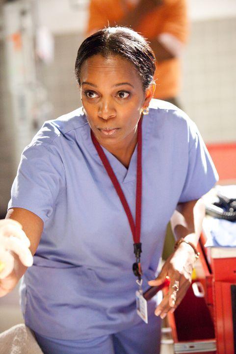 Versucht das Leben einer Frau zu retten, doch fehlende medizinische Aufmerksamkeit wird Christina (Jada Pinkett Smith) zum Verhängnis ... - Bildquelle: Sony 2009 CPT Holdings, Inc. All Rights Reserved