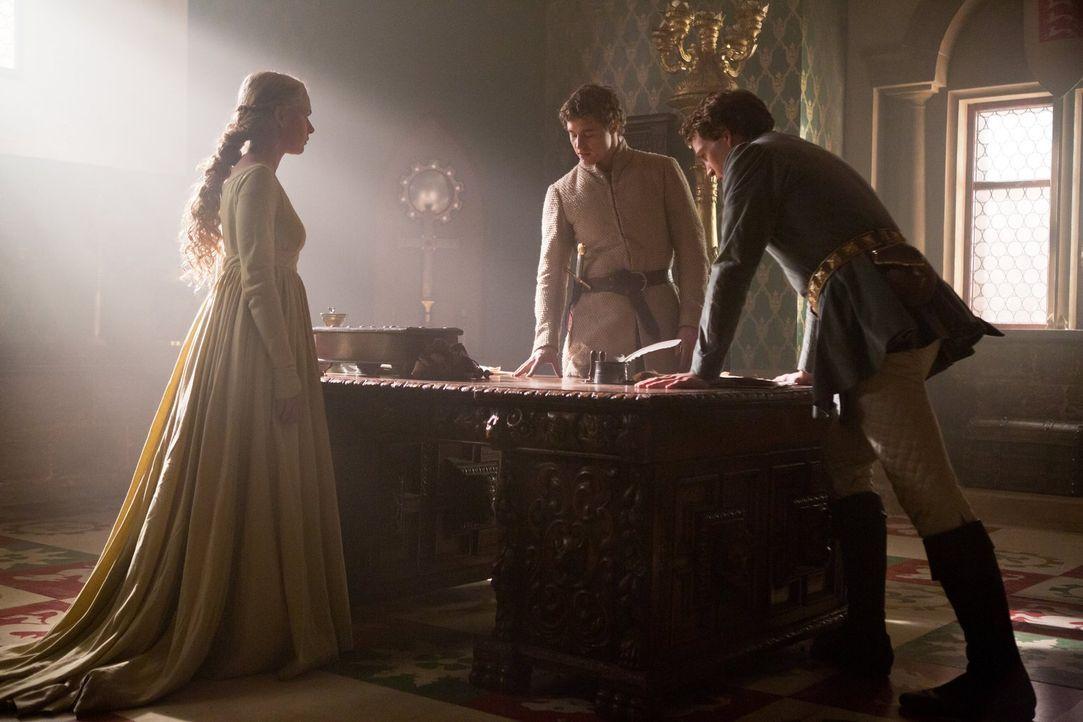 Anthony Rivers (Ben Lamb, r.) hat schlechte Nachrichten für König Edward IV (Max Irons, M.), die auch Elizabeth (Rebecca Ferguson, l.) sehr beunru... - Bildquelle: 2013 Starz Entertainment LLC, All rights reserved