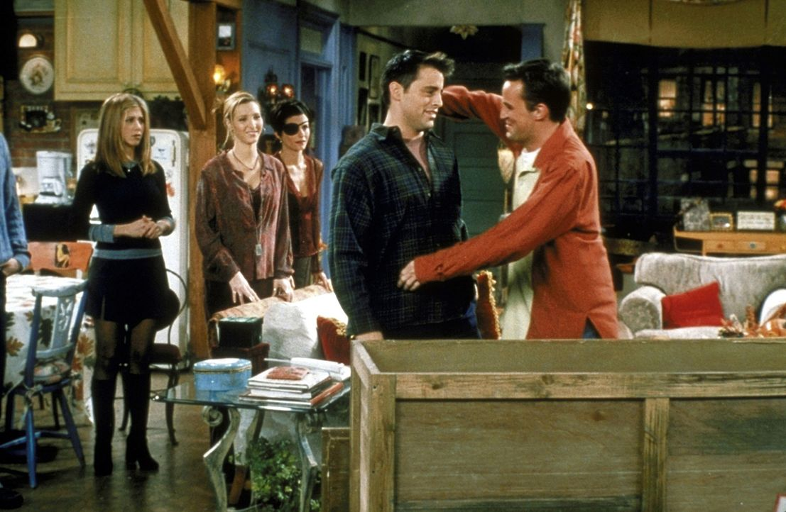 Chandler (Matthew Perry, r.) und Joey (Matt LeBlanc, 2.v.r.) hatten einen riesen Streit. Rachel (Jennifer Aniston, l.), Phoebe (Lisa Kudrow, 2.v.l.)... - Bildquelle: TM+  2000 WARNER BROS.