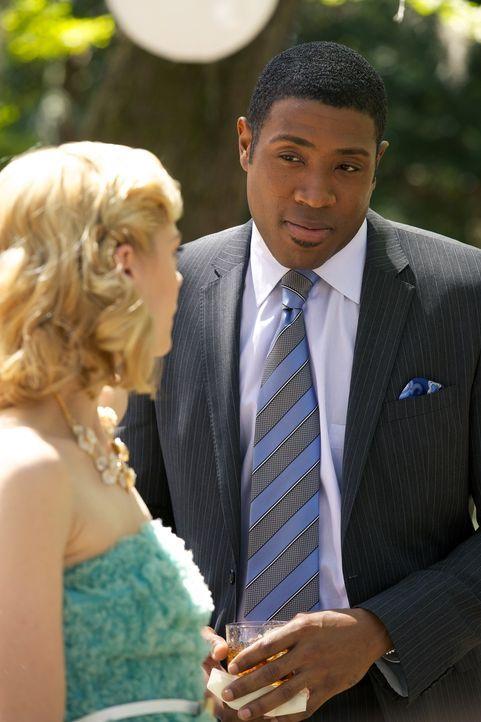 Schnell wird Zoe Hart klar, das Geheimnis von Lemon Breeland (Jaime King, l.) und Lavon Hayes (Cress Williams, r.) ist nicht das Einzige, was in die... - Bildquelle: Warner Bros.