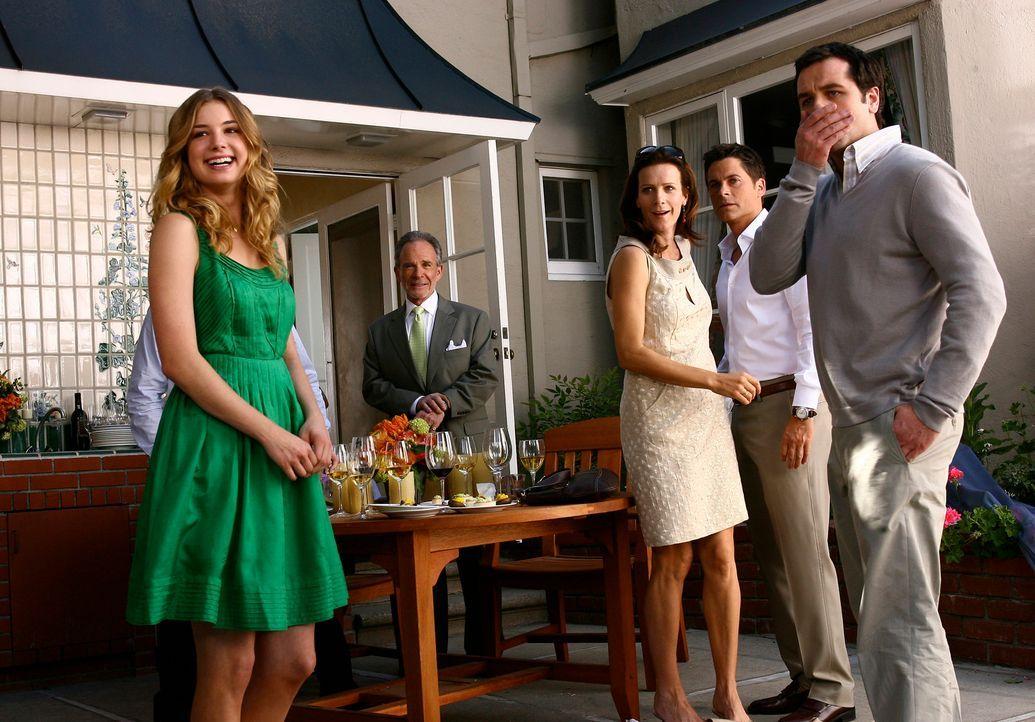 Sind überrascht von der spontanen Aktion ihrer Mutter Nora: (v.l.n.r.) Rebecca Harper (Emily VanCamp), Saul Holden (Ron Rifkin), Sarah Whedon (Rache... - Bildquelle: Disney - ABC International Television