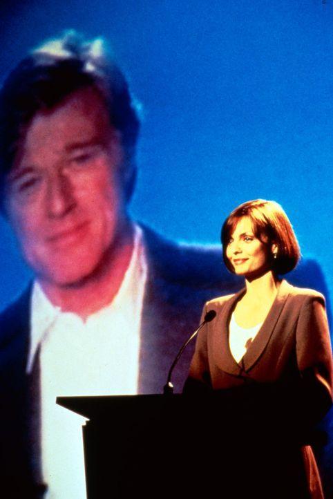 Bei ihrer Ansprache ist Sally (Michelle Pfeiffer, r.) voll des Lobes für ihren Freund und Mentor Warren (Robert Redford, l.). - Bildquelle: Buena Vista Pictures