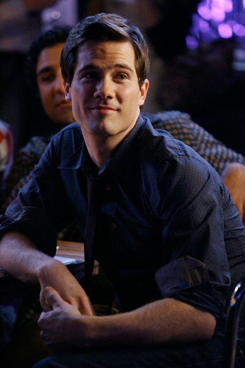 Scotty Wandell (Luke Macfarlane) ist gerührt von Kevins Auftritt in der Karaoke-Bar. - Bildquelle: Disney - ABC International Television