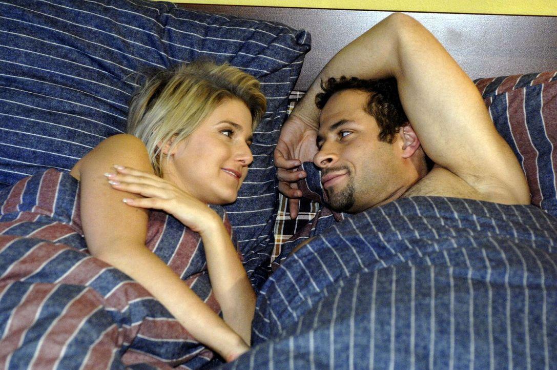 Anna (Jeanette Biedermann, l.) und Jannick (Mike Adler, r.) sind nach ihrer ersten gemeinsamen Nacht im siebten Himmel. - Bildquelle: Oliver Ziebe Sat.1