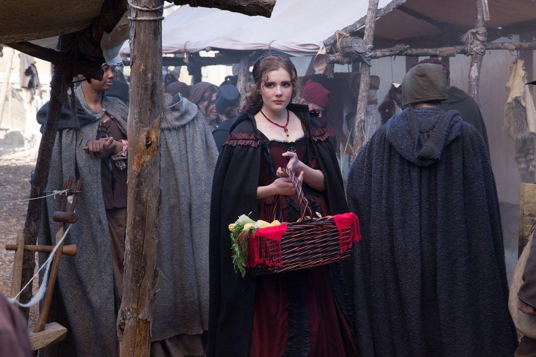 """Mercy (Elise Eberle) sucht unter den Flüchtlingen nach neuen """"Vögelchen"""" für ihr Bordell, während Hathorne seine Vormachtstellung in Salems Politik... - Bildquelle: 2016-2017 Fox and its related entities.  All rights reserved."""