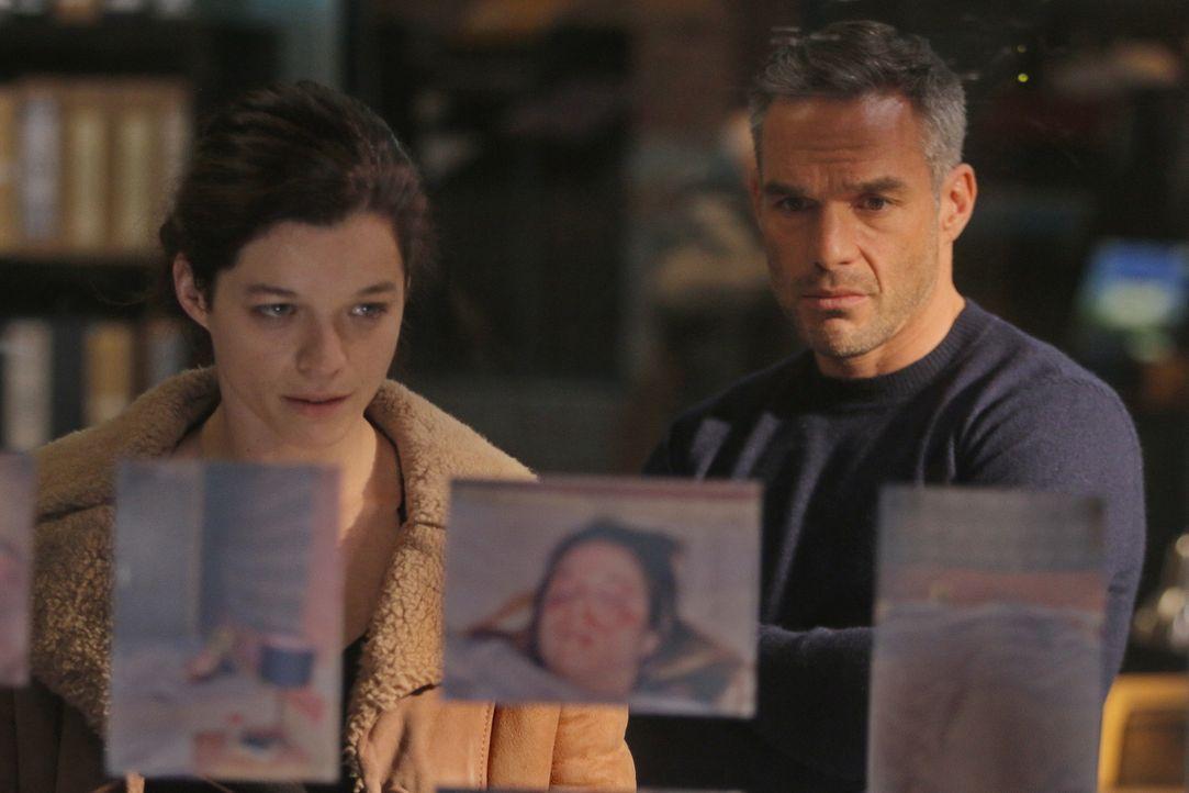 Als Rocher (Philippe Bas, r.) in dem Fall einer jungen ermordeten Frau ermitteln muss, die eine Verbindung zu seiner Schwester aufweist, arbeitet er... - Bildquelle: 2014 BEAUBOURG AUDIOVISUEL
