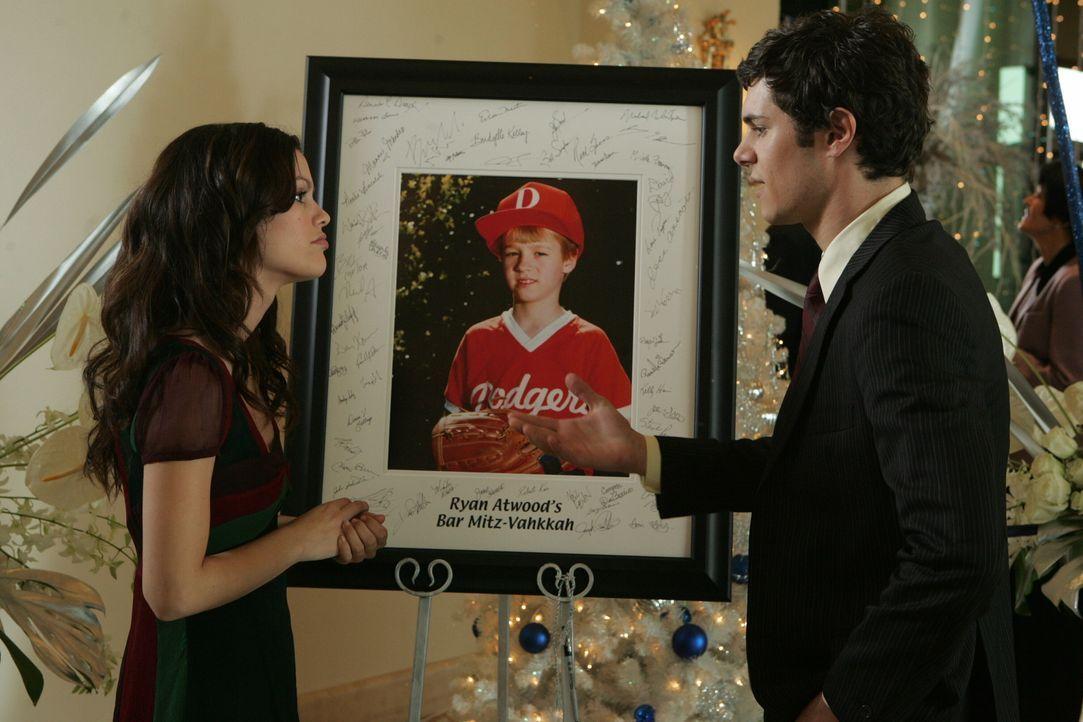 Erinnerungen kommen bei Seth (Adam Brody, r.) hoch, als er Summer (Rachel Bilson, l.) ein Bild von seiner Bar Mitzvah zeigt ... - Bildquelle: Warner Bros. Television