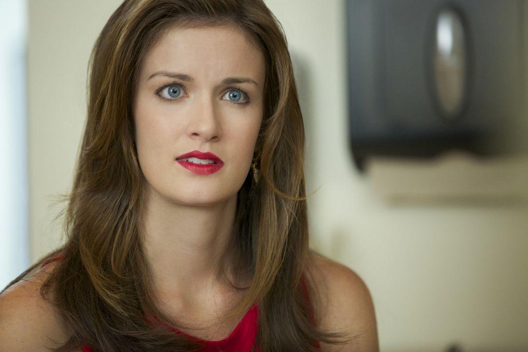 Jamie (Anna Wood) will es nicht glauben, aber ihr Freund scheint doch in den Fall von sexueller Belästigung verstrickt zu sein ... - Bildquelle: 2013 CBS BROADCASTING INC. ALL RIGHTS RESERVED.