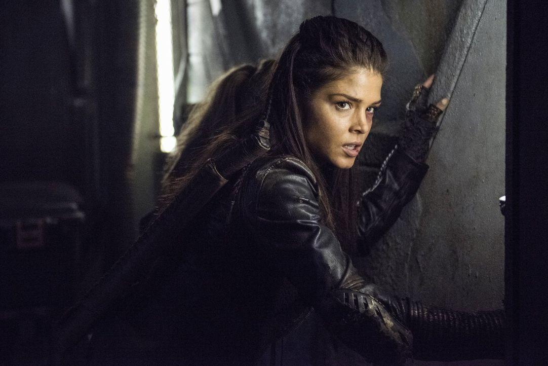 Während Octavia (Marie Avgeropoulos) einen Schritt gegen ihren Bruder wagt, müssen Clarke und Murphy in Polis einer noch größeren Bedrohung ins Auge... - Bildquelle: 2014 Warner Brothers