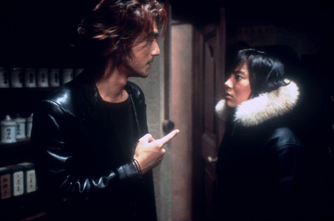 Als der Auftragskiller Miyamoto (Takeshi Kaneshiro, l.) gerade dem diabolischen Triadenboss Mizoguchi den Garaus machen will, fällt ihm die Zeitrei... - Bildquelle: CPT Holdings, Inc.  All Rights Reserved.