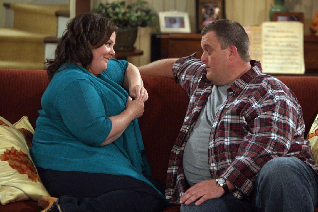 Mike (Billy Gardell, r.) ist ganz hingerissen von Molly (Melissa McCarthy, l.) und schwärmt Carl vor, wie schön die Zeit mit ihr ist ... - Bildquelle: Warner Brothers