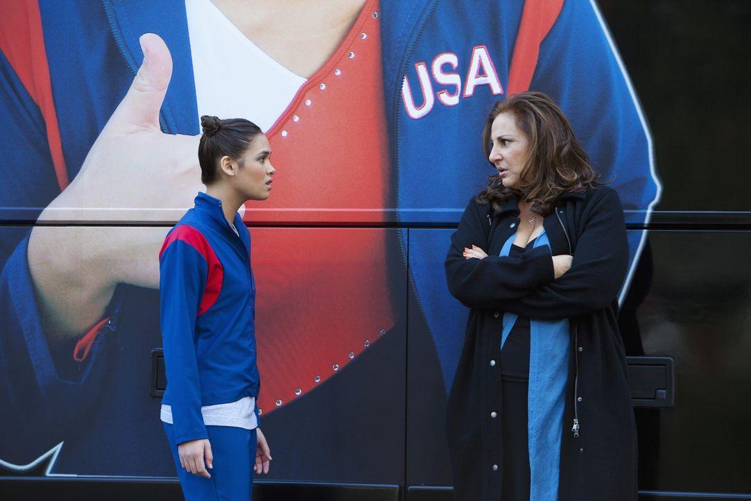 Der Wettkampf um den Platz bei der WM ist leider nicht so verlaufen, wie es sich Kelly (Nicole Gale Anderson, l.) und ihre Mutter (Kathy Najimy, r.)... - Bildquelle: 2010 Disney Enterprises, Inc. All rights reserved.