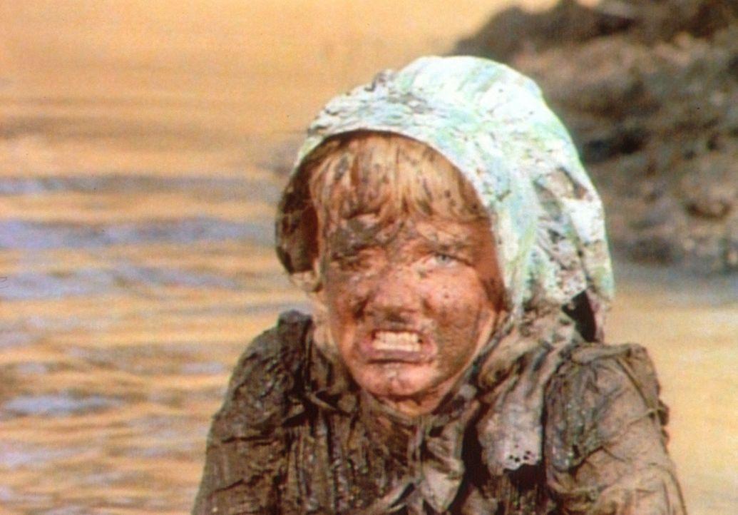 Für ihre Hinterhältigkeit muss Nellie (Alison Arngrim) büßen. Beim heftigen Streit mit Laura fällt sie in den Sumpf ... - Bildquelle: Worldvision