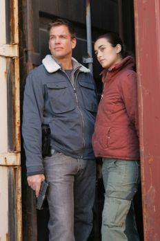 Ziva (Cote de Pablo, r.) und Tony (Michael Weatherly, l.) sind am Hafen von N...